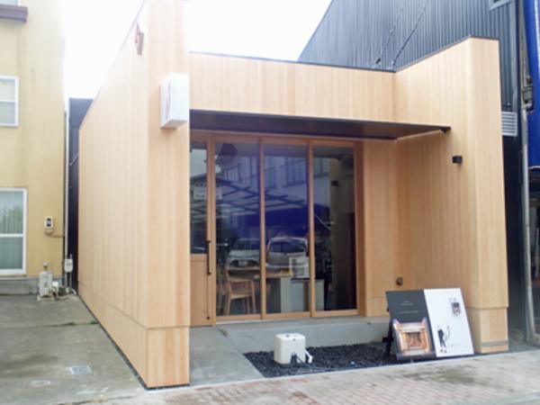 檜の無垢材を外壁に使った店舗